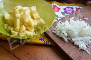 Нарежьте картофель кубиками, лук мелко порубите