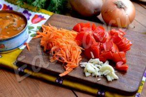 Натрите морковь на терке, перец нарежьте соломкой, нашинкуйте чеснок пластами