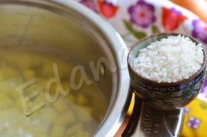В кастрюлю добавьте картошку и рис, варите 20 минут