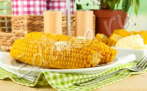 Початки кукурузы, посыпанные солью