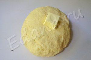 Вмешайте в отдохнувшее тесто сливочное масло