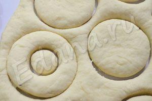 Раскатайте тесто в лепешку, вырежьте пончики с дырочками по середине