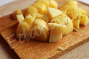 Нарежьте крупно молодой картофель