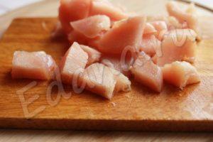 Нарежьте куриное мясо кубиками
