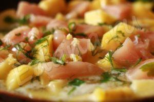 Выложите в кастрюлю картошку, филе, чеснок, зелень, налейте воды и тушите до готовности
