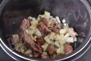 Добавьте к мясу порубленный лук, жарьте 5 минут