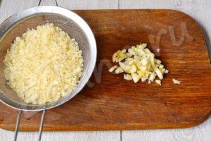 Промойте рис, измельчите чеснок