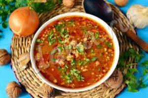 Разлейте суп харчо из мультиварки по тарелкам, посыпьте зеленью