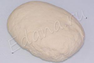 Просейте муку, влейте воду, посолите и замесите эластичное тесто