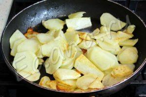 Почистите и обжарьте кусочки картофеля на сковороде