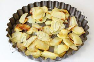 Выложите картофель на промасленный противень