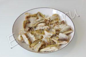 Обжарьте рыбные кусочки на сковороде