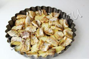 Выложите филе минтая на картофель в формы для запекания
