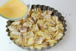 Залейте блюдо омлетом