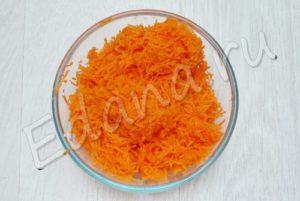 Натрите морковь на мелкой терке
