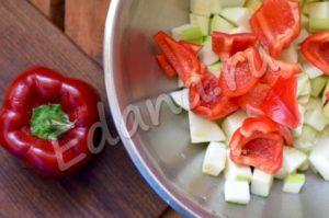 Порежьте кубиками кабачок и болгарский перец