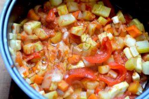 Выложите в чашу все подготовленные овощи, добавьте соль и томатную пасту