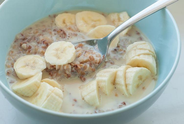 Гречневая каша с бананом и сливками
