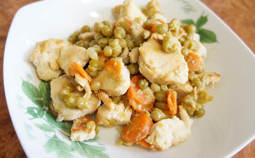 Куриное филе, запеченное в сливках с зеленым горошком