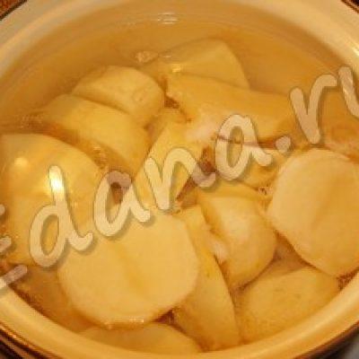 Тёплый салат с копчёной грудинкой и перепелиными яйцами