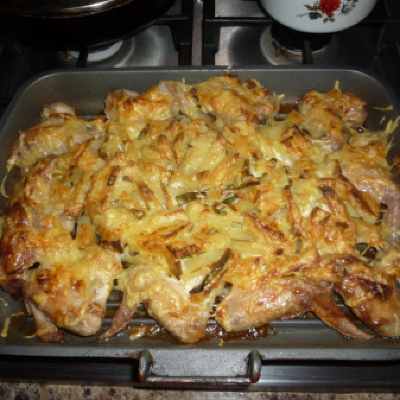Куриные крылышки с картошкой в духовке по домашнему рецепту