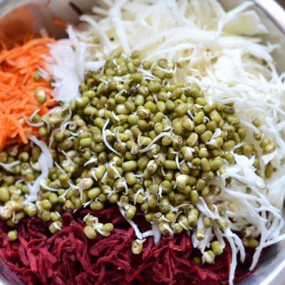 Салат из пекинской капусты с редисом и пророщенным машем
