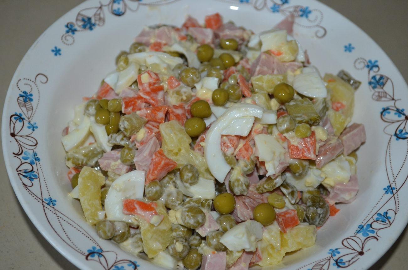Салат оливье с колбасой, солёными огурцами и горошком (классический)